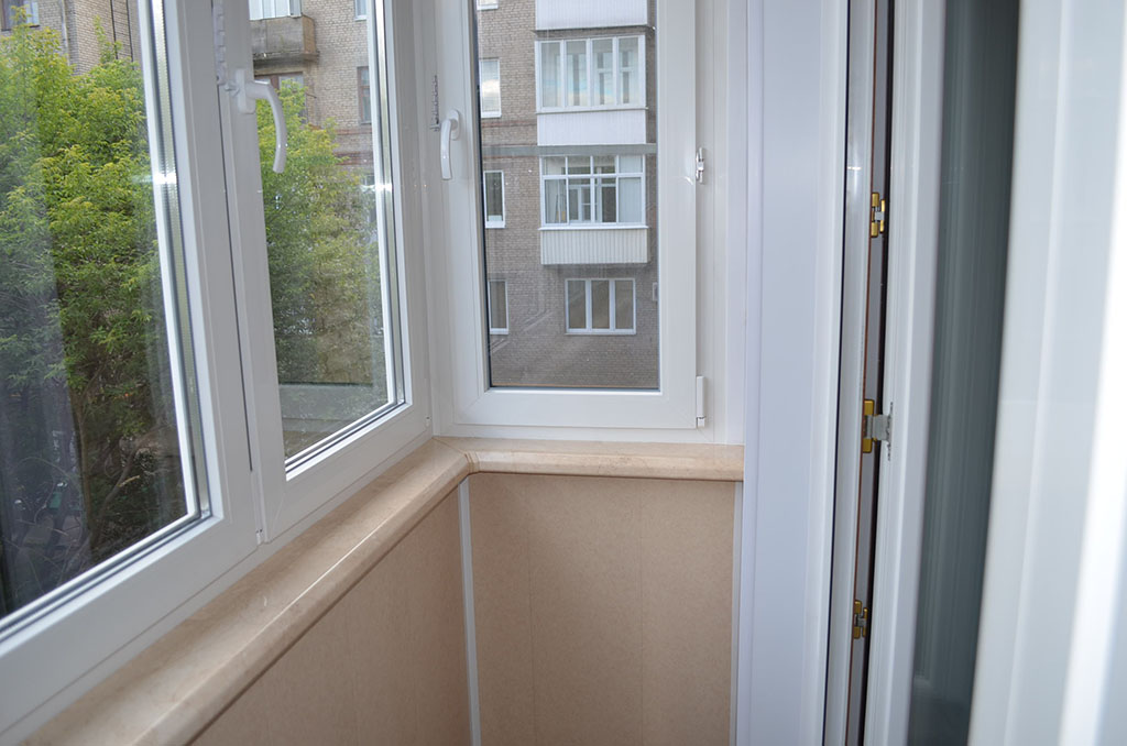 Остекление балкона распашными окнами..